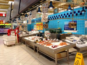 Fischtheke im Supermarkt